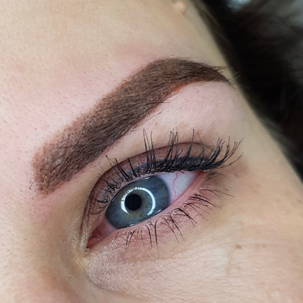 Close-up microbladed brow